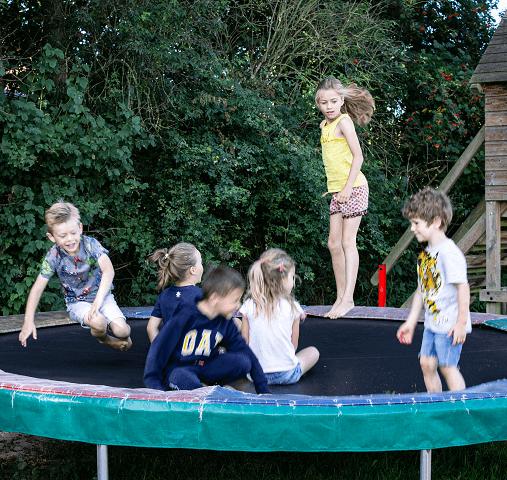 Met z'n allen op de trampoline bij Hendriks wijkje